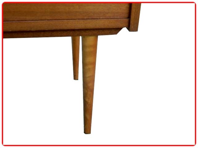 Grands pieds fuselés en bois assif pour ce chiffonnier vintage des années 1970 en acajou.