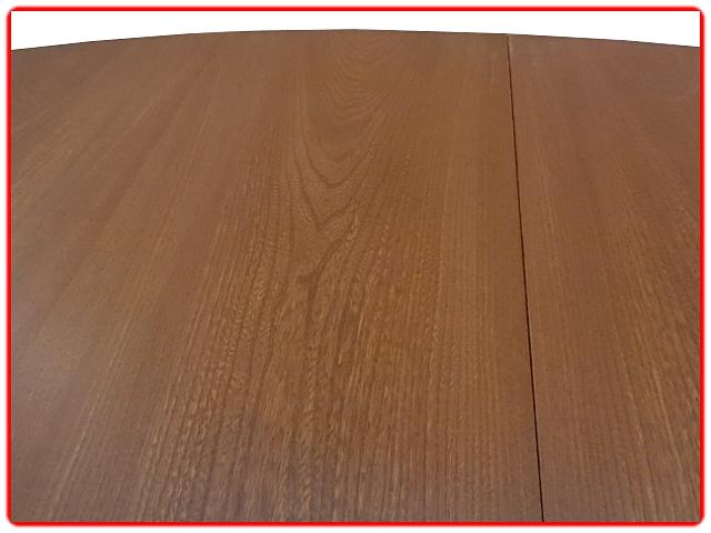 Table de salle à manger Baumann vintage 1960. 2 rallonges qui se rangent sous le plateau permettent à cette table d'accueillir jusqu'à 10 couverts.