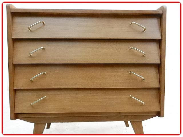 Commode vintage tendance des années 1960 en placage de chêne clair. Composée de 4 tiroirs avec pieds, poignées et tiroirs inclinés. Les poignées sont en métal doré, les angles des montants arrondis pour plus de douceur et la couleur chaude chêne doré font de ce meuble un rangement idéal pour une chambre d'enfant. Commode entièrement rénovée pour meubler élégamment votre intérieur. Bien stable avec pieds renforcés, les tiroirs coulissent parfaitement, pas de tache pas de manque, 3 couches de vernis de protection aspect ciré. Voir le meuble avant rénovation -> atelier-vie-anterieure-79/